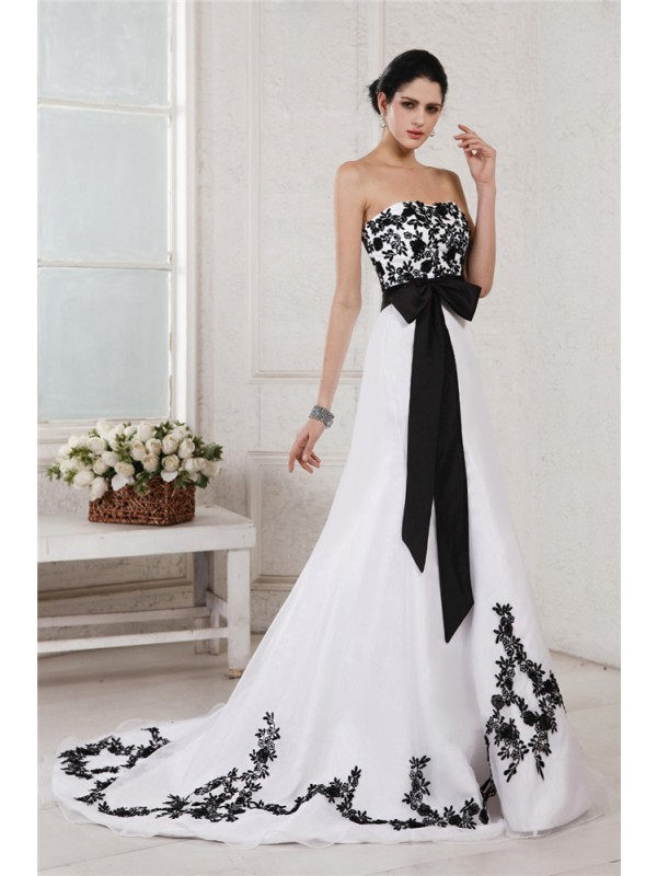 A-Line/Princess Embroidery Sweetheart Sleeveless Court Train Net Wedding Dresses